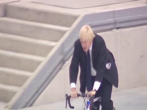 mayor boris johnson takes lap around new track at london 2012 velodrome - ボリス・ジョンソン点の映像素材/bロール