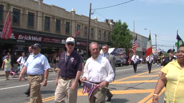 mayor michael bloomberg marches in the 82nd annual little neckdouglaston memorial day parade bloomberg marches in memorial day parade on may 28 2012... - bürgermeister stock-videos und b-roll-filmmaterial