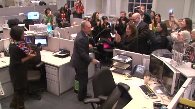 stockvideo's en b-roll-footage met mayor michael bloomberg talks to his staff on his last day as mayor of new york city - united states and (politics or government)