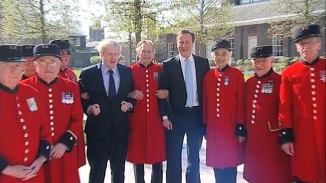 vídeos y material grabado en eventos de stock de mayor of london boris johnson and conservative party leader david cameron pose for photos with chelsea pensioners at royal hopstial chelsea london; 9... - number 9