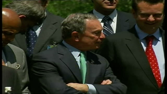 mayor of new york energy plan press conference gaffe / hearst tower usa new york central park ext new york mayor michael bloomberg leading delegation... - bürgermeister stock-videos und b-roll-filmmaterial
