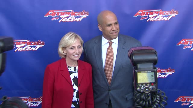 """mayor of newark cory booker and guest at """"america's got talent"""" - red carpet at new jersey performing arts center on july 02, 2012 in newark, new... - シャロン オズボーン点の映像素材/bロール"""