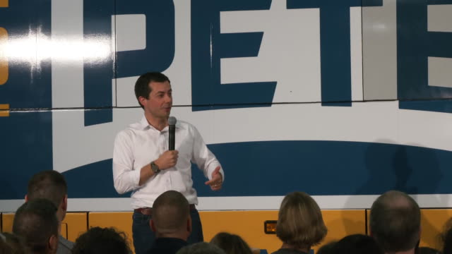 vídeos y material grabado en eventos de stock de mayor pete buttigieg comments on putting an end to endless wars during a campaign speech in boone, iowa. - (war or terrorism or election or government or illness or news event or speech or politics or politician or conflict or military or extreme weather or business or economy) and not usa
