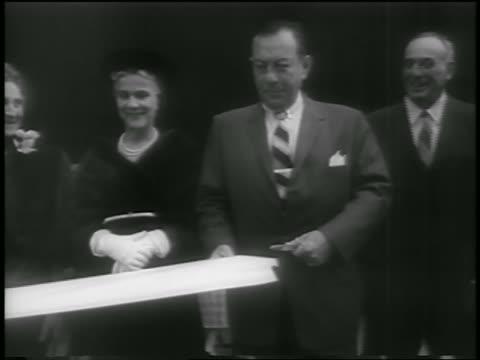 vídeos de stock, filmes e b-roll de mayor robert wagner cutting ribbon at guggenheim museum dedication / nyc - cortando fita