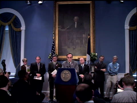 vídeos y material grabado en eventos de stock de mayor rudolph giuliani press conference at city hall, october 26, 2001. giuliani stands in front of george washington portrait, row of officials... - 2001