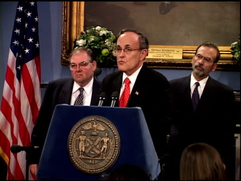 vídeos y material grabado en eventos de stock de mayor rudolph giuliani speaking at city hall press conference october 1, 2001. laughs while answering reporter's question about suspicious packages-... - 2001