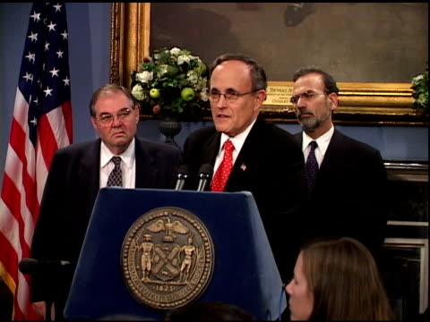 vídeos y material grabado en eventos de stock de mayor rudolph giuliani speaking at city hall press conference october 1, 2001. encouraging advice- never give up- think positively, optimistically. - 2001
