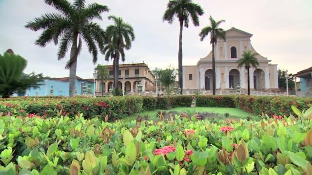 mayor square and church of holy trinity in trinidad on cuba - ヤシ点の映像素材/bロール