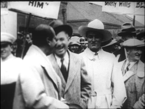 mayor will rogers standing between douglas fairbanks, sr. and tom mix / newsreel - 1926年点の映像素材/bロール