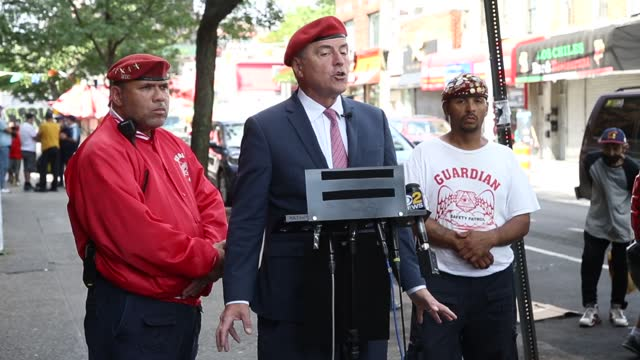 mayoral candidate curtis sliwa blames the current administration for the lack of action in combatting gang shootings as they relate to illegal... - アメリカ移民税関捜査局点の映像素材/bロール