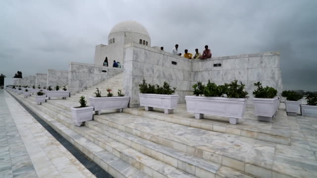 vídeos de stock, filmes e b-roll de mazarequaid the mausoleum of muhammad ali jinnah founder of pakistan - mausoleum