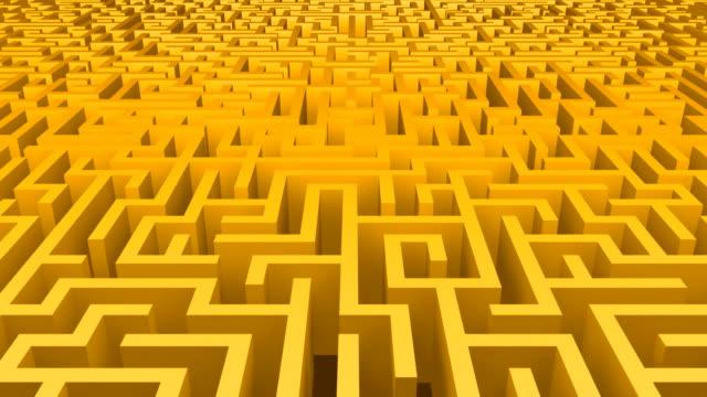 vídeos y material grabado en eventos de stock de maze mover amarillo - valla límite