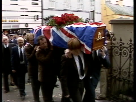 vídeos de stock, filmes e b-roll de maze prison breakout/funeral; maze prison breakout/funeral; co down donaghadee pipe band leads funeral procession towards cms drummers towards to bv... - widow