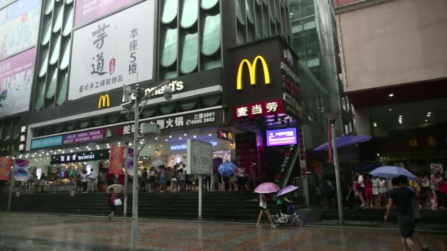 vídeos de stock, filmes e b-roll de mcdonalds corp signage stands in the pedestrianized dongmen area of shenzhen china on monday aug 4 mcdonalds corp logo is displayed on a wall outside... - household fixture