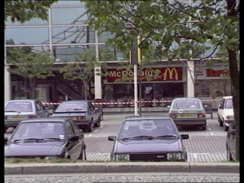 milton keynes ms front of firebombed hamburger store as cordon in f/g bv police erecting cordon across poles - seilabsperrung stock-videos und b-roll-filmmaterial
