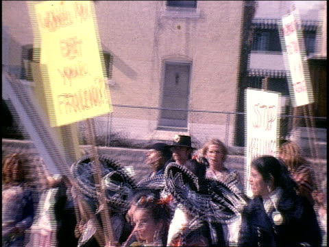 vidéos et rushes de mcdonald's parking lot protesters holding signs - 1970