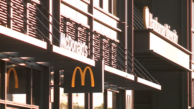 stockvideo's en b-roll-footage met wgn mcdonald's restaurant and 'hamburger university' training facility at the company's new corporate headquarters in chicago's west loop... - hoofdkantoor