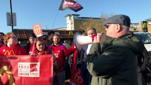 mcdonald's workers begin their march to downing street from a branch in wandsworth to demand hgher wages. labour politician keir starmer can be seen... - ストライキ点の映像素材/bロール