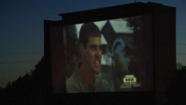 vídeos y material grabado en eventos de stock de mchenry, il, u.s., - dumb & dumber shown at mchenry outdoor theater's opening night during covid-19 pandemic, on friday, may 8, 2020. - jim carrey