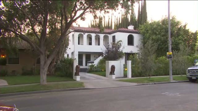 vídeos de stock e filmes b-roll de ktla mcmansions in los angeles mcmansions is a term for type of large luxury house oversized and out of place for it's neighborhood - expansão urbana