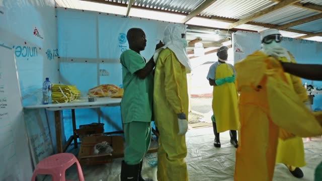 vídeos de stock, filmes e b-roll de pan médecins sans frontières rapidly expands their ebola case management facility at elwa 3 in monrovia liberia the center currently has 120 beds... - ébola