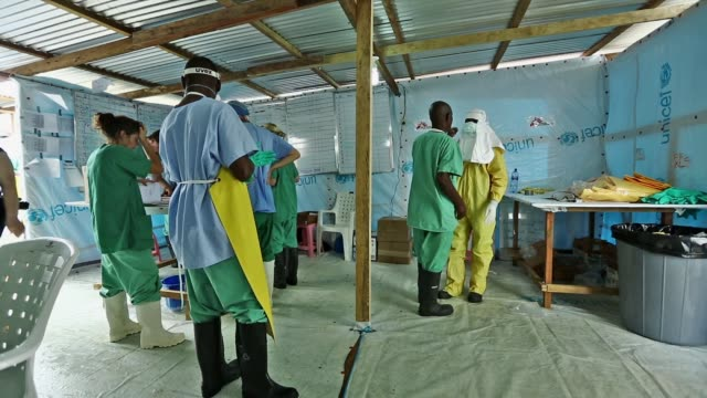 vídeos y material grabado en eventos de stock de ws médecins sans frontières rapidly expands their ebola case management facility at elwa 3 in monrovia liberia the center currently has 120 beds they... - ébola