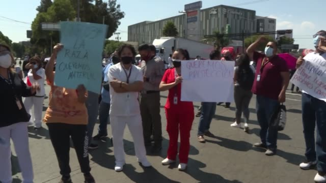 vídeos y material grabado en eventos de stock de médicos, enfermeras y otros trabajadores sanitarios demandaron el lunes frente al hospital la raza, en la ciudad de méxico, que las autoridades les... - equipo de seguridad