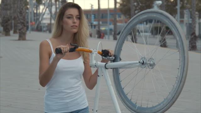 vídeos de stock, filmes e b-roll de eu e minha bicicleta - short curto