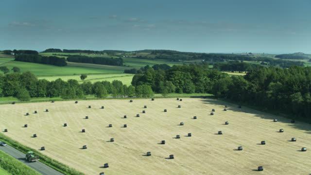 wiesen und heuballen in fields in derbyshire - drohnen-schuss - derbyshire stock-videos und b-roll-filmmaterial