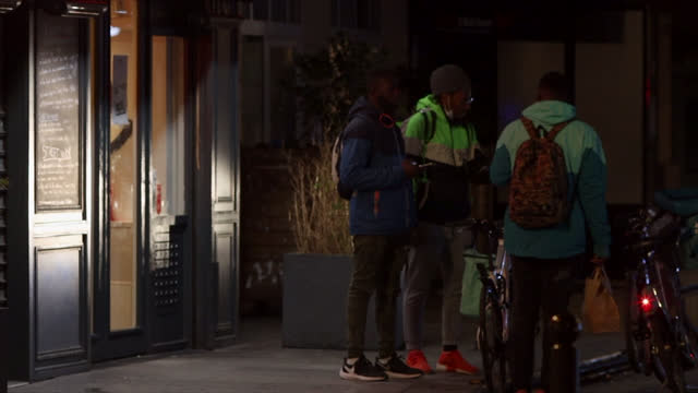 vidéos et rushes de meal delivery men in front of restaurants during the curfew which started at 6 p.m. on january 09 in paris, france. since january 16 the curfew at 6... - service