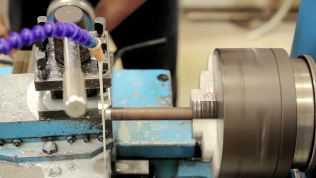 vídeos de stock, filmes e b-roll de medindo metal de torno mecânico de máquinas - medindo