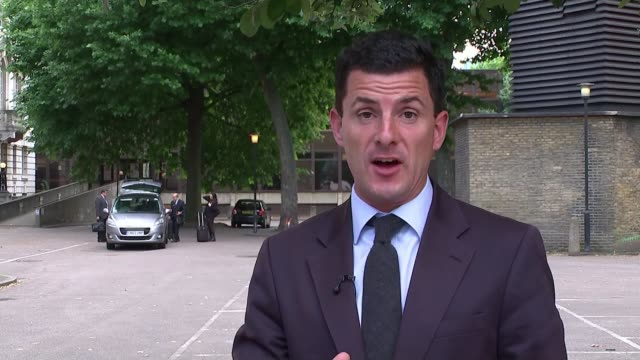 meat company boss denies fraud charges linked to horsemeat scandal london reporter to camera sot sideras into car - 馬肉点の映像素材/bロール