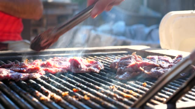 vidéos et rushes de cu meat cooking on backyard grill - garden party