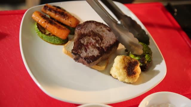 vidéos et rushes de plat de viande - plat