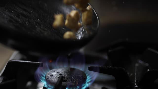 vídeos de stock, filmes e b-roll de fritura de carne na frigideira na cozinha - sérvia