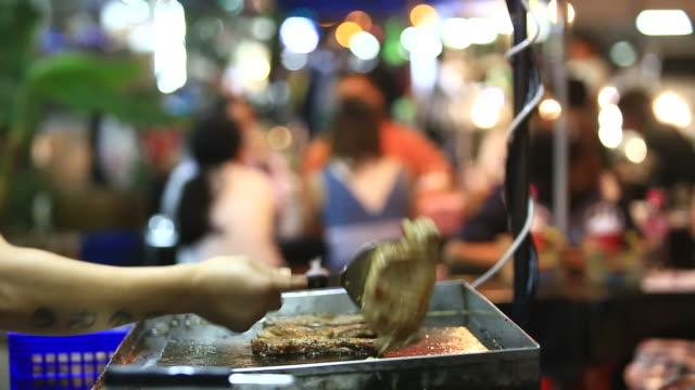 fleisch auf dem grill - kotelett stock-videos und b-roll-filmmaterial