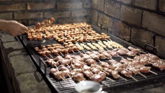 fleisch auf dem grill - kalbfleisch stock-videos und b-roll-filmmaterial