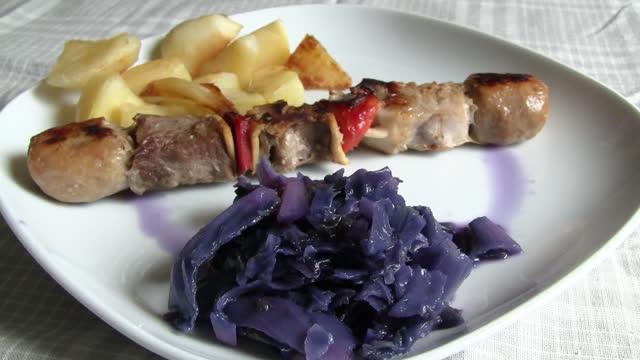 meat skewer with purple cabbage - skewer stock videos & royalty-free footage