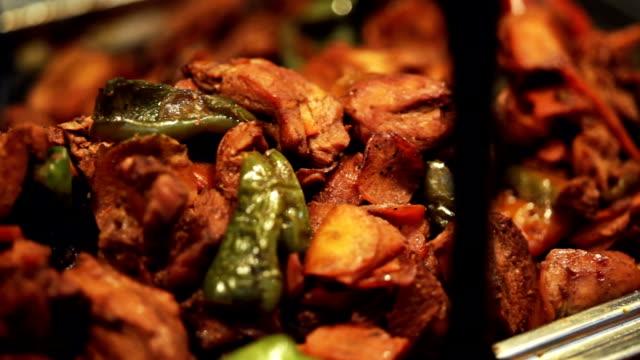 vidéos et rushes de viande avec des légumes. arrière - plat
