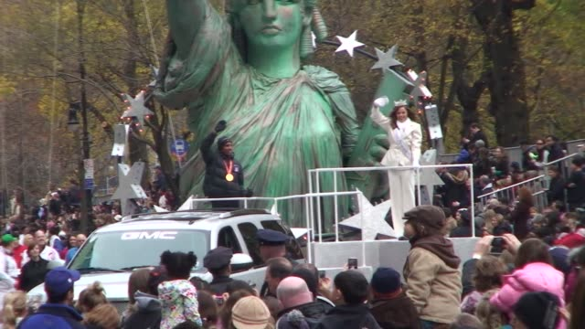 meb keflegizhi 2009 new york city marathon winner on float in 2009 macy's thanksgiving day parade an honor for american winners of the marathon... - salmini 個影片檔及 b 捲影像