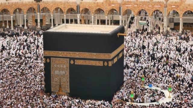 vidéos et rushes de la mecque: les pèlerins musulmans visitant la sainte kaaba en arabie saoudite - prier