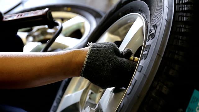 Mekanikern byta ett däck