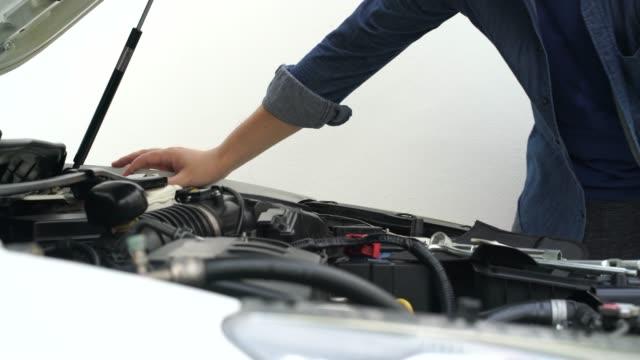 vidéos et rushes de mécanicien modification de l'état du moteur - examen