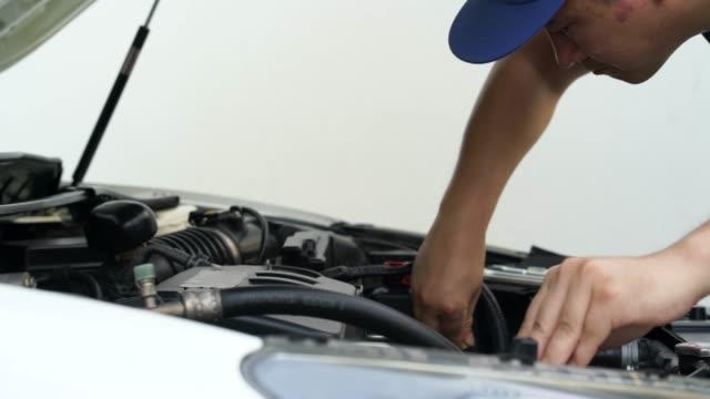 vídeos de stock e filmes b-roll de mechanic changing the engine condition - grade de radiador