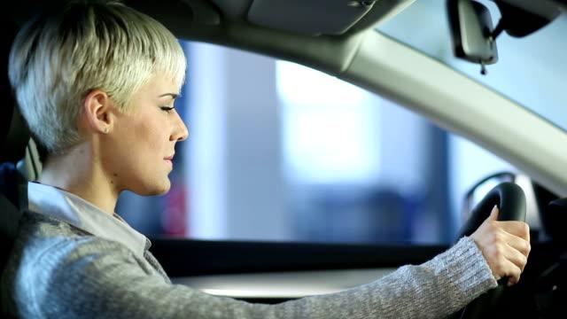 Mechaniker Umgang mit Autoschlüssel auf eine junge Frau