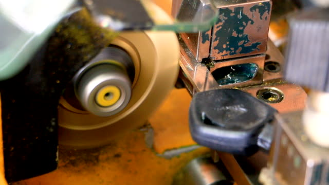 stockvideo's en b-roll-footage met monteur slotenmaker a key op a professional sleutel snijmachine door volgorde. - messing about