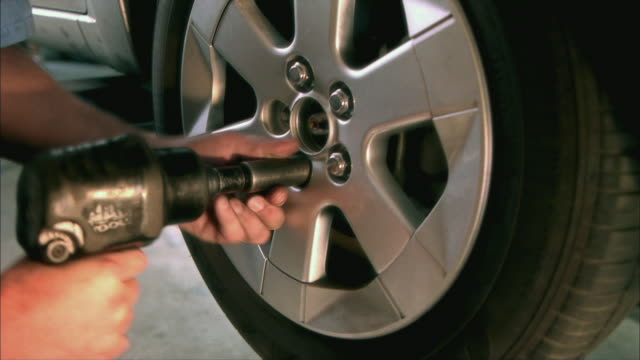 CU Mechanic removing lugnuts from wheel / Tampa, Florida, USA
