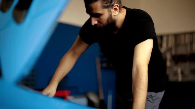 vídeos de stock, filmes e b-roll de mecânico de reparação de veículos automóveis - mecânico de carro