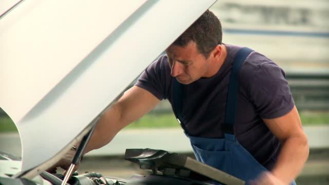 stockvideo's en b-roll-footage met hd: mechanic - motorkap