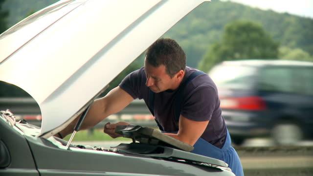 vidéos et rushes de hd : mécanicien - capot de voiture